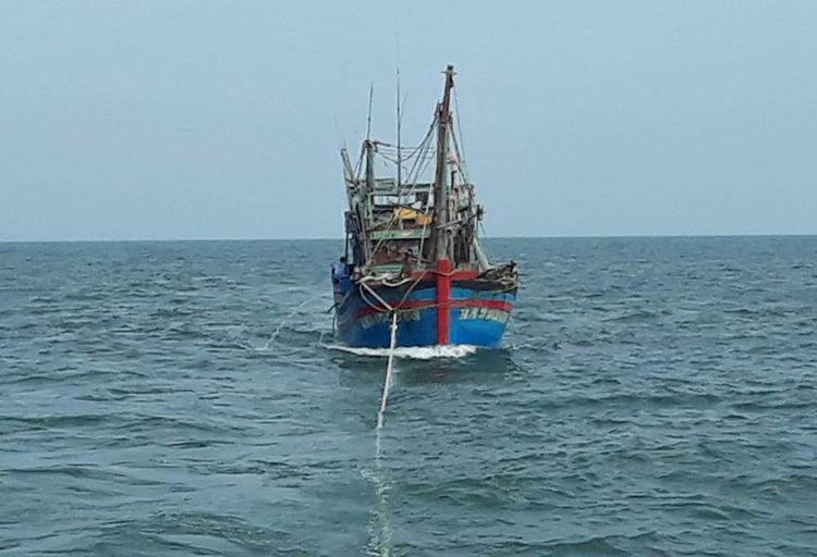 Tàu cá Nghệ An gặp nạn được lai dắt vào cảng chiều nay. Ảnh: Ngọc Tú.