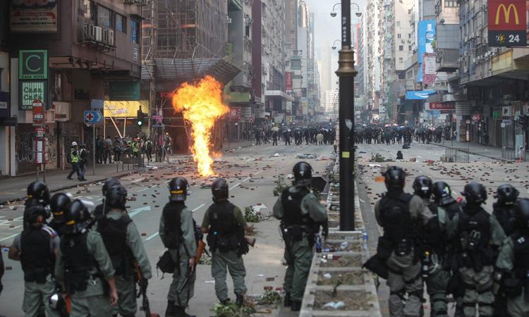 Cảnh sát Hong Kong và người biểu tình đối đầu ở khu vực Yau Ma Tei và Jordan hôm nay. Ảnh: SCMP.
