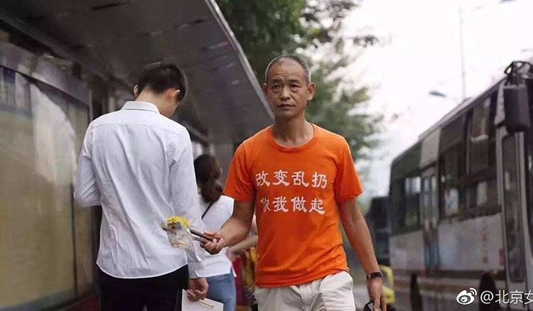 Ông Zhong Congrong đi nhặt rác trên đường phố Trùng Khánh.Ảnh: SCMP