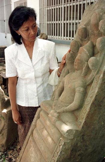 Bộ trưởng Văn hóaCampuchia, Công chúa Norodom Bopha Devi kiểm tra một trong số hơn 4 tấn cổ vật thu đượctừ nhà của người đứng đầu Khmer Đỏ Ta Mok ở Siem Reap hồi tháng 5. Ảnh: Reuters.