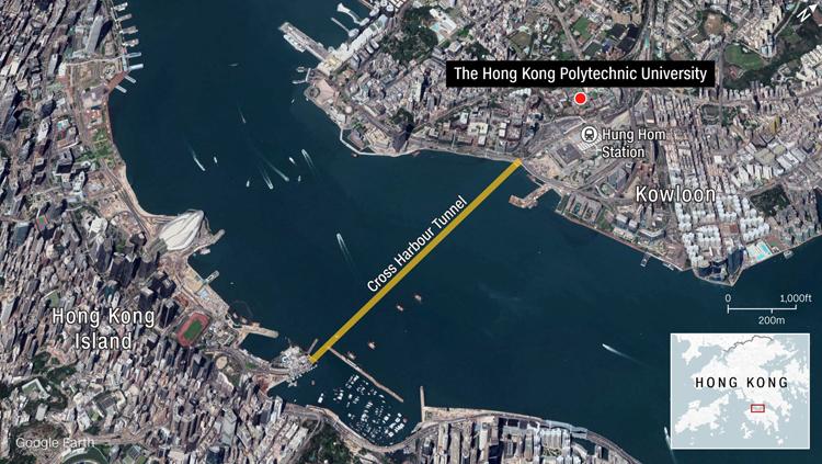 Đại học Bách khoa Hong Kong (chấm đỏ) ở cuối phía nam bán đảo Cửu Long, bị người biểu tình biến thành căn cứ để chặn các con đường gần đó và Đường hầm Xuyên cảng, huyết mạch giao thông nối Cửu Long với đảo Hong Kong. Đồ họa: Google Earth.