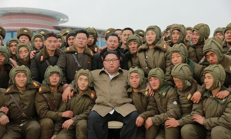 Kim Jong-un chụp ảnh cùng quân nhân Triều Tiên ngày 17/11. Ảnh: KCNA.