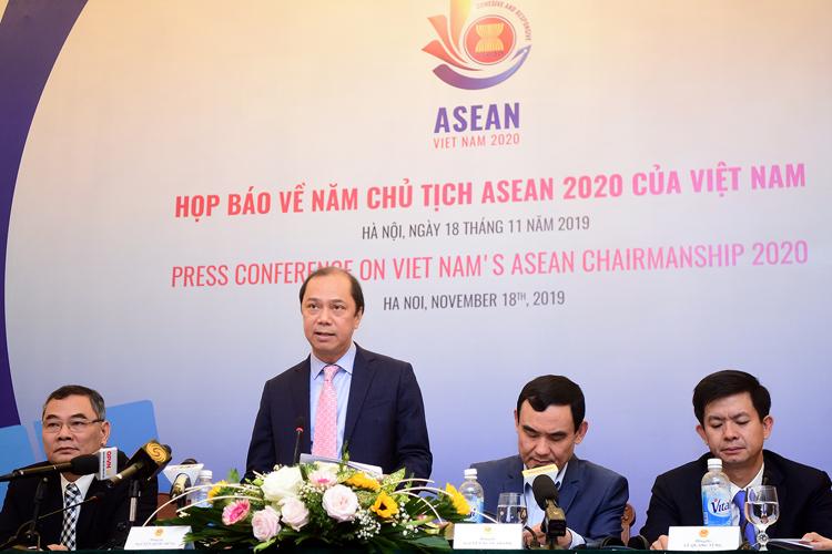 Thứ trưởng Ngoại giao Nguyễn Quốc Dũng, đứng, và đại diện các bộ ngành trong họp báo sáng nay tại Hà Nội. Ảnh: Giang Huy.