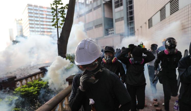 Người biểu tình đeo mặt nạ cố rời khuôn viên Đại học Bách khoa Hong Kong sáng nay. Ảnh: SCMP.