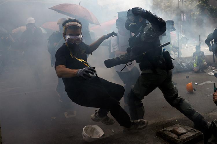 Một người biểu tình bị bắt giữ khi cố gắng rời PolyUsáng nay. Ảnh: Reuters.