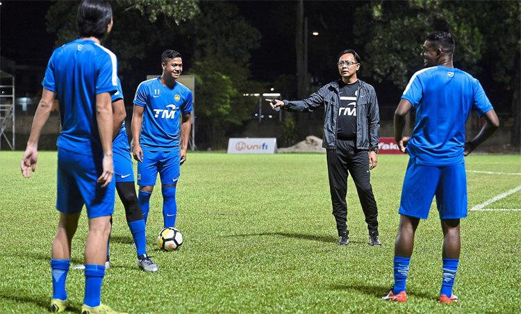 HLV Ong Kim Swee chì đạo các cầu thủ U23 Malaysia. Ảnh: Bernama