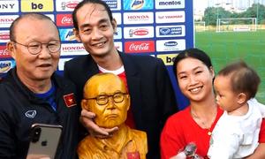 Người hâm mộ tặng tượng cho ông Park