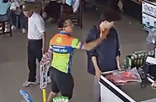 Hình ảnh Thượng úy Việt  tát nhân viên trạm dừng nghỉ. Ảnh: Cắt từ video.
