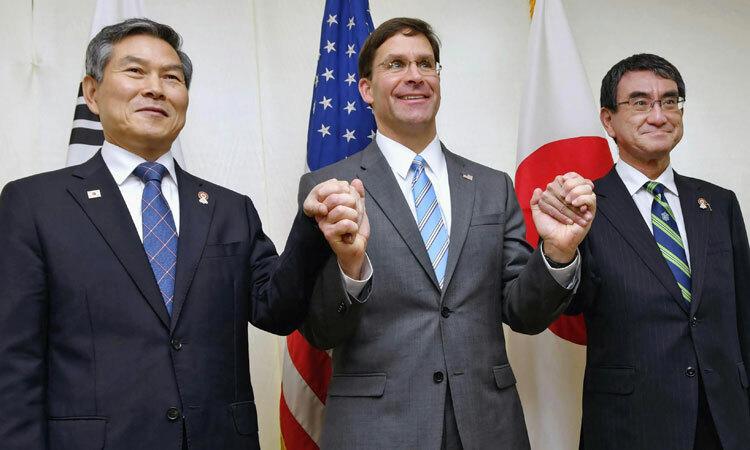 Từ trái qua phải: Bộ trưởng Quốc phòng Hàn Quốc Jeong Kyeong-doo, Bộ trưởng Quốc phòng Mỹ Mark Esper và Bộ trưởng Quốc phòng Nhật Bản Taro Kono. Ảnh: Yonhap.