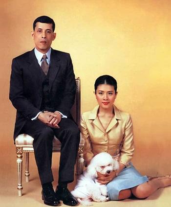 Bà Yuvadhida  và Thái tử Vajirusongkorn, hiện là Vua Rama X. Ảnh:Alchetron.