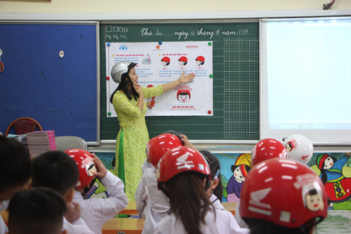 Các bài giảng được thực hiện để học sinh hiểu rõ và nắm chắc vai trò của đội mũ bảo hiểm khi tham gia giao thông và đội mũ đúng cách