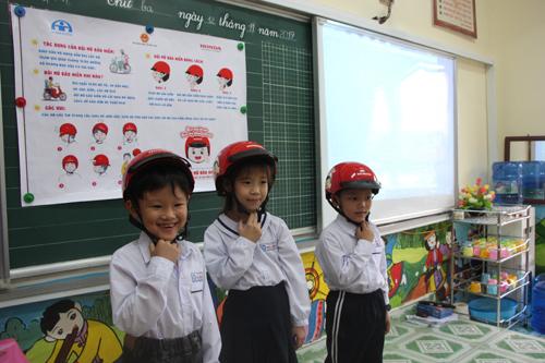 4. Các em học sinh chăm chú trong tiết học  (1)