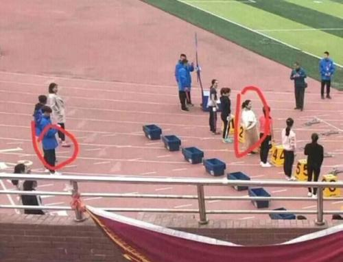 Bạn trai mặc quần còn cô gái mặc váy ở trên sân.