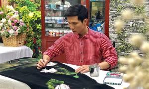 Nhà thiết kế mở lớp dạy vẽ tranh trên áo dài