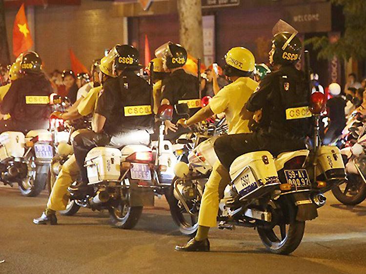 Cảnh sát giữ an ninh trật tự, giao thông trong những lần người Sài Gòn xuống đường mừng chiến thắng. Ảnh: Quỳnh Trần.