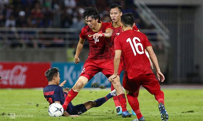 Tuấn Anh (số 14) và các đồng đội tranh chấp bóng trong trận lượt đi vòng loại World Cup 2022 với Thái Lan. Ảnh: Lâm Thoả.