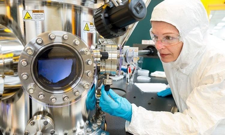 Một nhà khoa học tại Trung tâm Vật liệu Nano thuộc Phòng thí nghiệm Quốc gia Argonne ở Lemont, Illinois, Mỹ. Ảnh: Mark Lopez/Flickr.