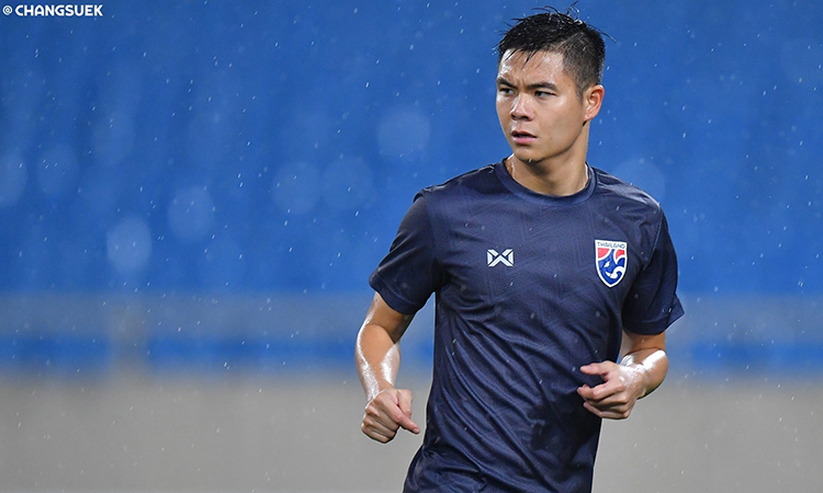 Hậu vệ phải Narubadin dầm mưa trong buổi tập làm quen sân Mỹ Đình của tuyển Thái Lan chiều 18/11. Ảnh: Changsuek.