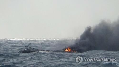 Tàu cá bốc cháy ở vùng biển gần đảo Jeju, phía nam Hàn Quốc sáng 19/11. Ảnh: Yonhap