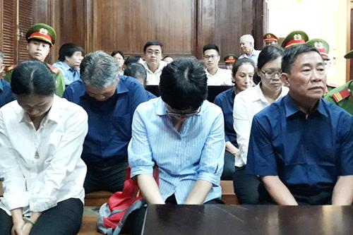 Các bị cáo ngồi hàng ghế đầutại tòa. Ảnh: Hải Duyên.
