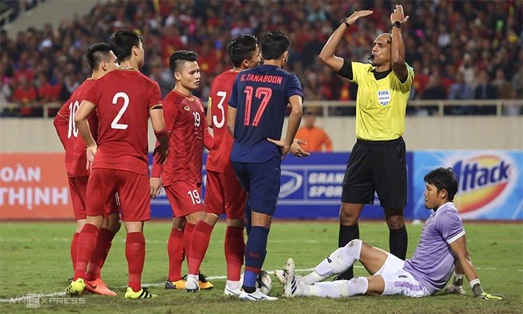 Trọng tài Ahmed Al-Kaf gây tranh cãi với những quyết định bất lợi cho Việt Nam trong hiệp 1. Ảnh: Phạm Đương.