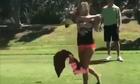 Nữ golf thủ ngượng chín mặt vì váy ngắn 'phản chủ'