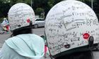 Nữ sinh ghi công thức Toán lên mũ bảo hiểm cho thấm vào đầu
