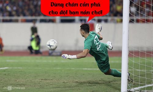 Cản phá penalty bằng chân cho đội bạn tức chơi.