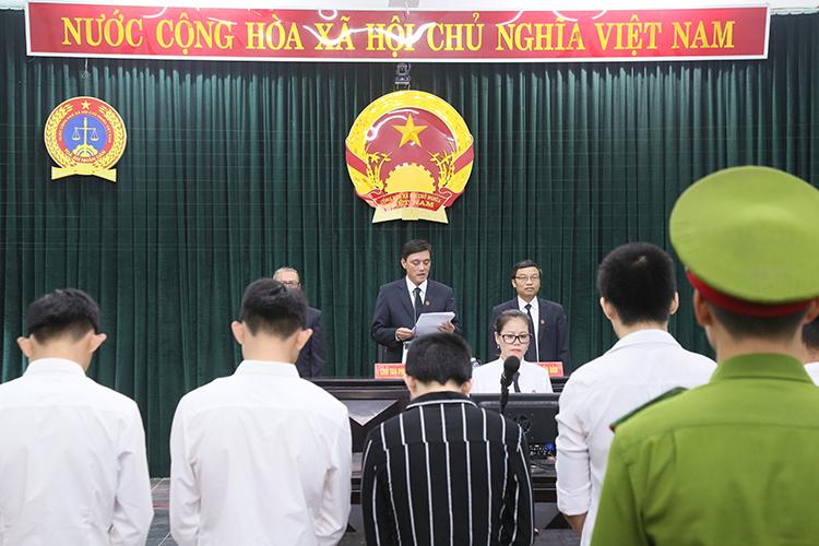 TAND huyện Triêu Phong tuyên 10 bị cáo phạm tội Hiếp dâm. Ảnh: Hoàng Táo