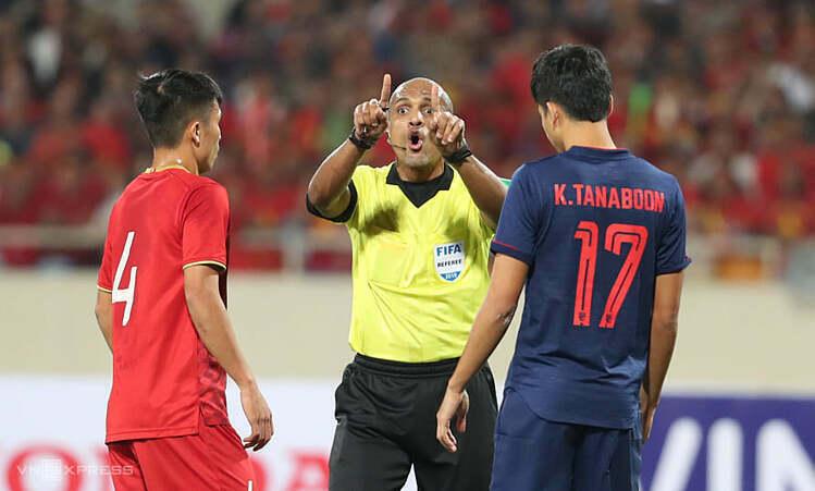 Trọng tài Al-Kaf có hai quyết định gây bất lợi cho Việt Nam trong hiệp một. Ảnh: Đức Đồng.
