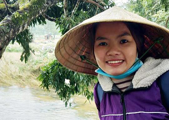 Cô Trần Thị Cư một lần đi vận động học sinh đến lớp. Ảnh: Nhân vật cung cấp.