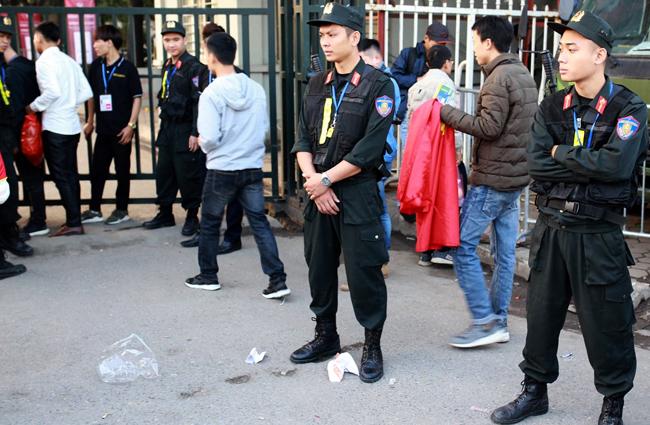 Cảnh sát cơ độngHà Nội chốt ở các cổng vào sânMỹ Đình. Ảnh:Tất Định