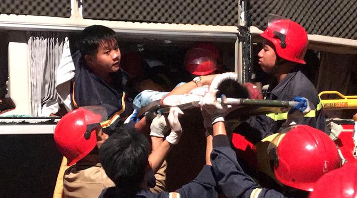 Cảnh sát cứu hộ đưa những người bị thương ra ngoài sau 2h tiếp cận hiện trường. Ảnh: Lam Sơn.