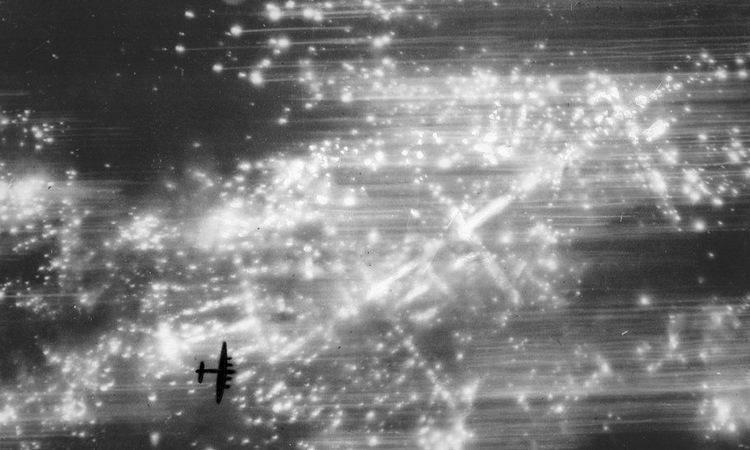 Máy bay Anh ném bom xuống Hamburg trong chiến dịch Gomorrah. Ảnh: BBC.