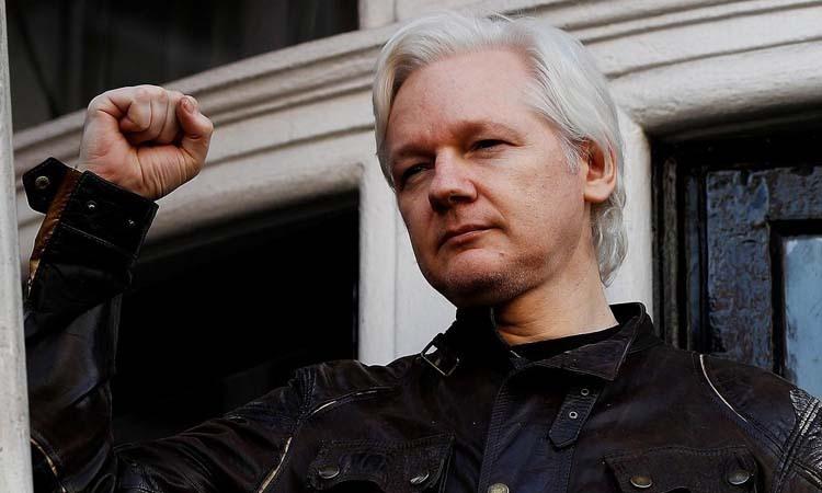 Ông chủ WikiLeaks Julian Assange tại đại sứ quán Ecuador ở London, Anh hồi tháng 5/2017. Ảnh: Reuters.