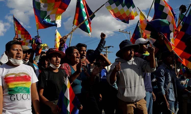 Những người ủng hộ cựu tổng thống Evo Morales biểu tình tại thành phố Cochabamba, Bolivia hôm 18/11. Ảnh: Reuters.