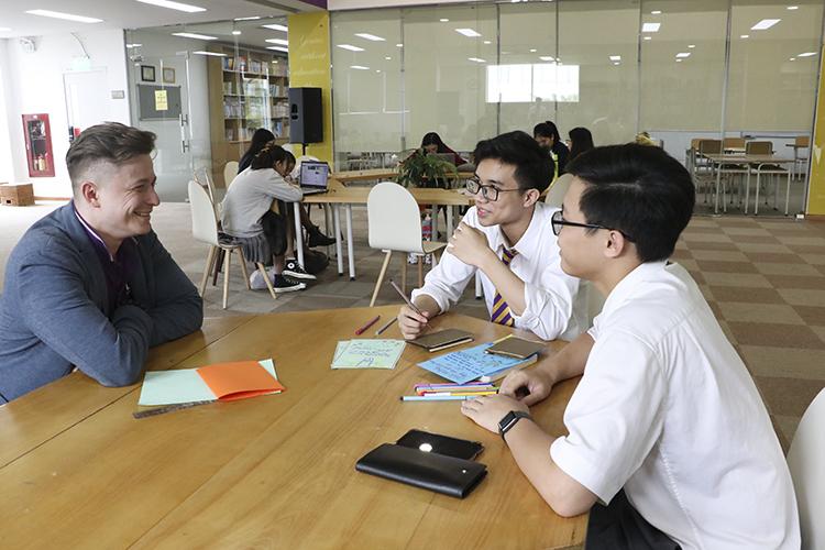 Thầy Leo trò chuyện cùng học sinh trong thư viện. Ảnh: Nhân vật cung cấp