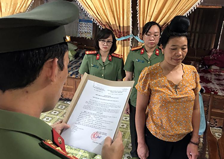 Bà Lò Thị Trường lúc bị tống đạt quyết định khởi tố bị can. Ảnh: Công an Sơn La.