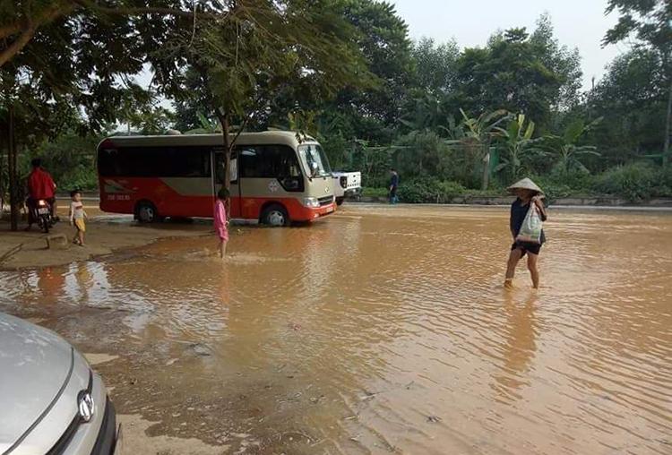 Đường ống nước sông Đà gặp sự cố, nước chảy tràn ra đường Đại lộ Thăng Long. Ảnh: Lam Giang.