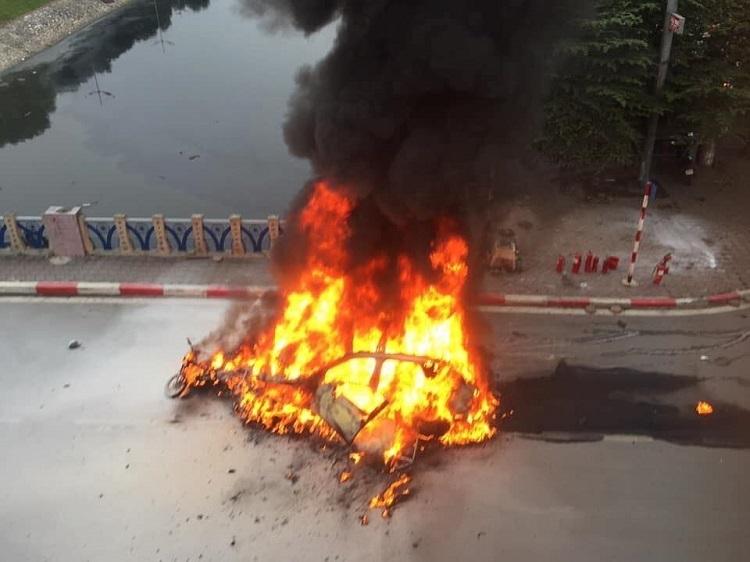 Ôtô phát nổ sau đó bốc cháy dữ dội. Ảnh: L.H