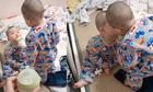 Cậu bé đòi anh trai sinh đôi hôn mới chịu uống sữa
