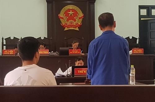 Bị cáo (áo xanh) tại phiên tòa. Ảnh: Minh Ngọc