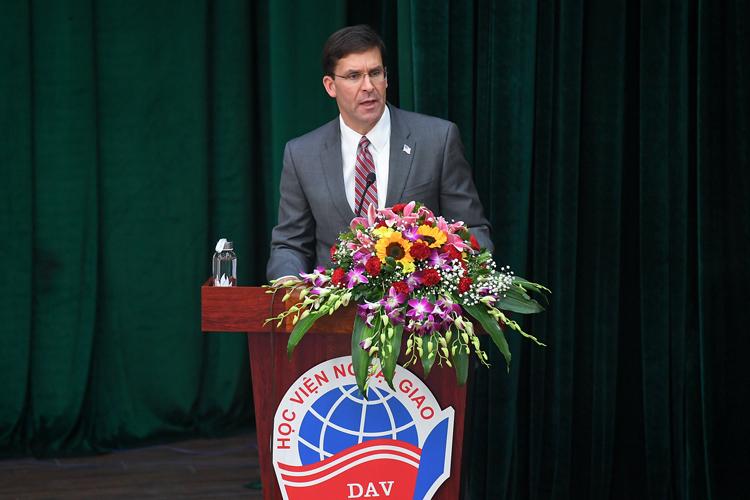 Bộ trưởng Quốc phòng Mỹ Esper nói chuyện với sinh viên Học viện Ngoại giao chiều 20/11. Ảnh: Giang Huy.