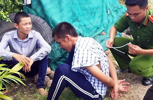 Hai người trốn trại bị cảnh sát giữ lại bên đường. Ảnh:Hoàng Nam.