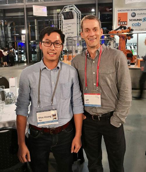Hoàng (bên trái) cùng Jeffrey Dean- Trưởng viện nghiên cứu Google AI toàn cầu tại diễn đàn HLF 2019. Ảnh: NVCC