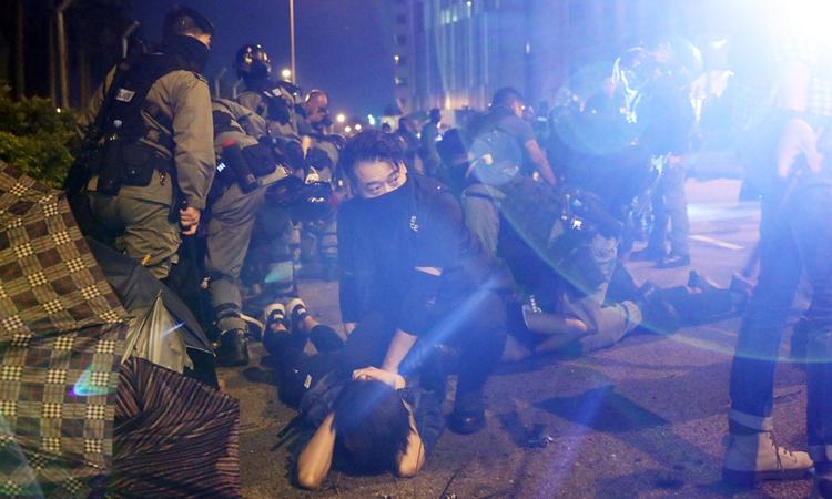 Người biểu tình Hong Kong bị cảnh sát khống chế bên ngoài Đại học Bách khoa tối 19/11. Ảnh: SCMP.