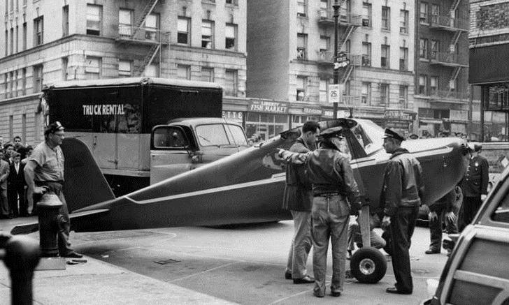 Máy bay tại đại lộ St. Nicholas ngày 30/9/1956. Ảnh: NYTimes.
