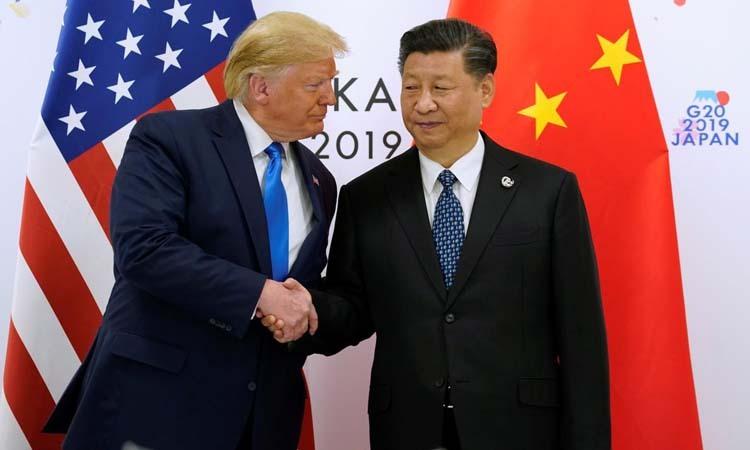 Tổng thống Mỹ Donald Trump (trái) bắt tay Chủ tịch Trung Quốc Tập Cận Bình tại hội nghị thượng đỉnh G20 ở Osaka, Nhật Bản hôm 29/6. Ảnh: Reuters.