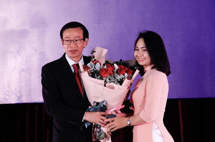Thầy Nguyễn Văn Minh nhận hoa chúc mừng từ đại diện sinh viên Đại học Sư phạm Hà Nội. Ảnh: Dương Tâm