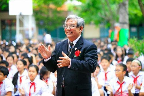 Thầy Minh trong một hoạt động của trường năm 2011. Ảnh: Tư liệu trường THCS Trần Văn Ơn.